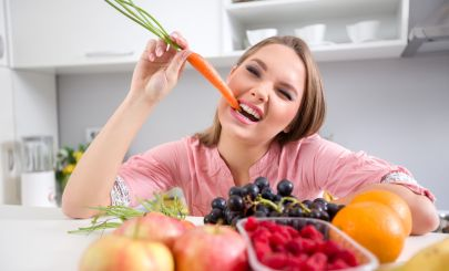 woman-eating-carrot