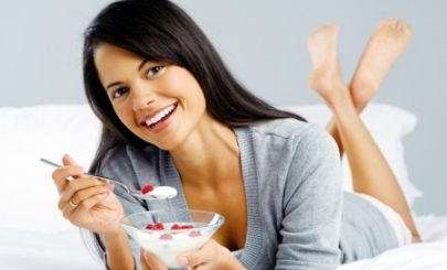 woman-eating-yoghurt