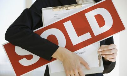 real-estate-agent-with-sold-sign