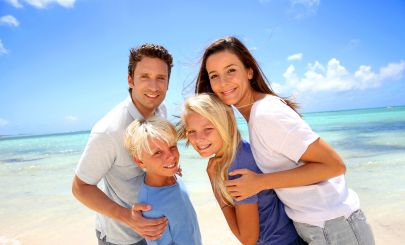 perfect-smiling-family-on-beach